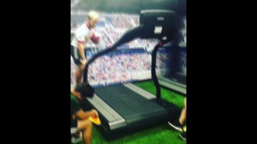 Un footballeur s'entraîne aux dribbles… sur un tapis de course ! (vidéo)